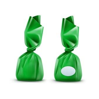 Realistische praline in grünem glänzendem wrapper nahaufnahme lokalisiert auf weißem hintergrund
