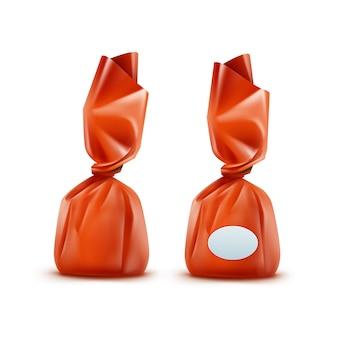 Realistische praline in orange glänzendem wrapper nahaufnahme lokalisiert auf weißem hintergrund