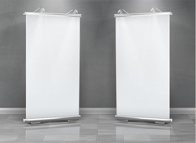 Realistische reihe von leeren roll-up-banner, vertikale steht für ausstellung und business-präsentation