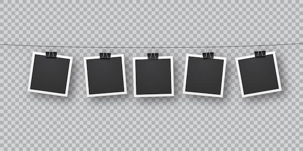 Realistische retro-fotovorlagen, die in einer reihe an metallclips aufgehängt sind. fallende weiche schattenüberlagerung an der wand. vintage, retro-design. realistische bilderrahmenschablone auf transparentem hintergrund.