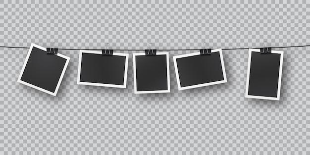 Realistische retro-fotovorlagen, die in einer reihe an metallclips aufgehängt sind. fallende weiche schattenüberlagerung an der wand. vintage, retro-design. realistische bilderrahmenschablone auf transparentem hintergrund. Premium Vektoren