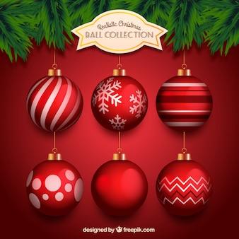 Realistische sammlung von roten weihnachtskugeln