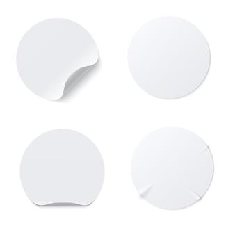 Realistische schablone des weißen runden papierklebeaufklebers mit der gebogenen kante lokalisiert auf weißem hintergrund. zerknittertes rundes klebeetikett aus papier mit klebeeffekt. vektormodell eingestellt.