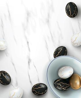 Realistische schwarz-weiß-ostereier mit goldenen rissen im kitsugi-stil auf marmor in keramikschale.
