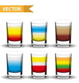 Realistische set-shots-cocktails. aufnahme mit getränken für bars, gastronomen-sammlung. glasbecherlikör. auf weißem hintergrund. illustration.