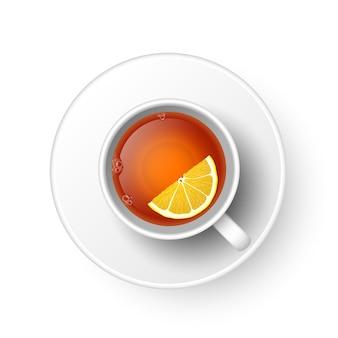 Realistische tasse heißer aromatischer frisch gebrühter schwarzer tee mit zitrone, untertasse. eine teetasse top illustration