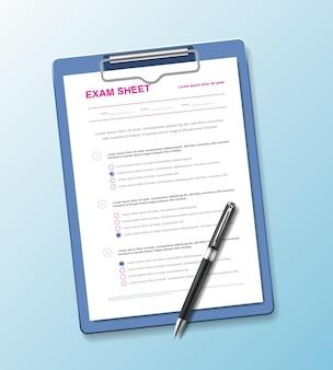 Realistische testpapier-fragebogenzusammensetzung mit prüfungsblatt auf halterblock mit stift