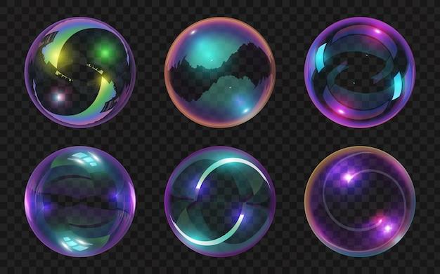 Realistische transparente seifenblasen mit glänzenden abstrakten reflexionen. magische glaskugeln glänzender effekt. wasser bunte schaumblasen-vektor-set. schöne fliegende transparente ballons isoliert