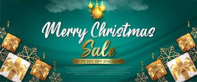 Realistische vertikale bannervorlage für den weihnachtsverkauf mit grüner und goldener dekoration