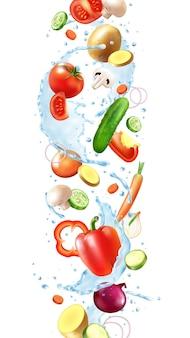Realistische wasserspritzzusammensetzung von fallendem gemüse mit scheiben und reinen wassertropfen