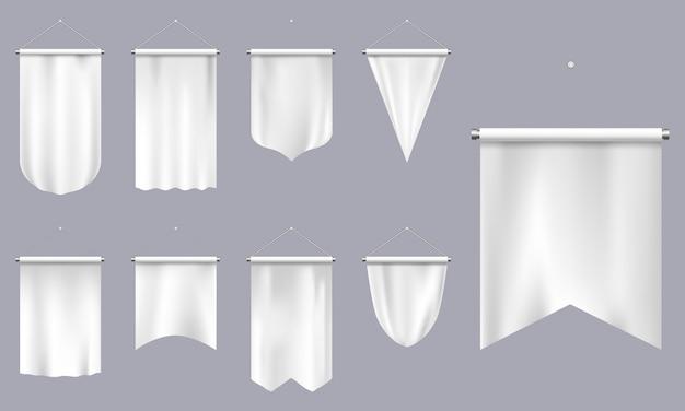 Realistische wimpel. weiße textilfahnen, wimpel des leeren dreiecks, leere fußballmannschaft oder illustrationssatz der heraldischen schablonen. wimpelsieger, aufgehängte flagge, leeres leinwandtextil