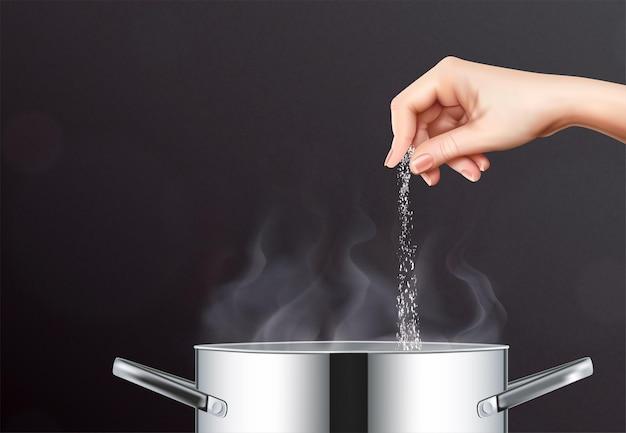 Realistische zusammensetzung von salz und topf mit menschlicher hand, die salz in kochtopf mit kochendem wasser gießt