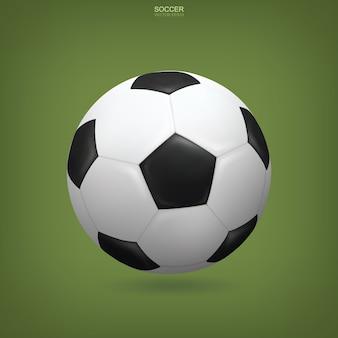 Realistischer fußball auf grünem hintergrund.
