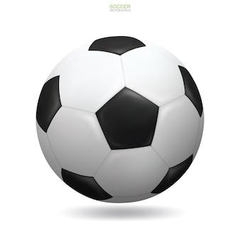 Realistischer fußballfußball auf weißem hintergrund mit weichem schatten.