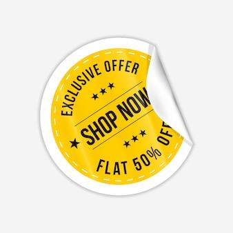 Realistischer laden jetzt gelbe runde papierfaltennotizen selbstklebende couponfaltenaufkleber mit gebogener ecke