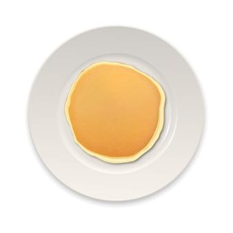 Realistischer pfannkuchen auf einer weißen plattennahaufnahme lokalisiert auf weißem hintergrund, draufsicht.
