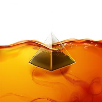 Realistischer pyramidenteebeutel in wasser getaucht