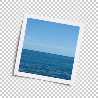 Realistischer retro- fotorahmen mit ozean und himmel auf kariertem.