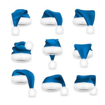 Realistischer satz von blauen weihnachtsmannhüten lokalisiert auf weißem hintergrund. weihnachtsmann-mütze mit farbverlauf und fell.
