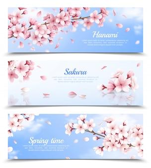 Realistischer satz von drei horizontalen fahnen mit blühenden sakurablumen auf lokalisierter illustration des hintergrunds des blauen himmels
