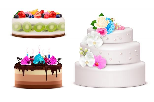 Realistischer satz von geburtstags- und hochzeitsfestkuchen, die durch cremefarbene blumenstrauß beleuchtete kerzen und frische früchte lokalisierte illustration verziert werden