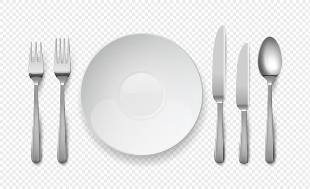 Realistischer speiseteller mit löffel, messer und gabel. weißes leeres geschirr auf transparentem hintergrund