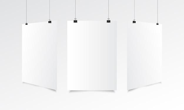 Realistischer spott des leeren plakats oben mit dem hängen