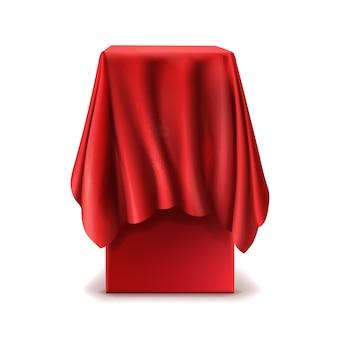 Realistischer stand bedeckt mit dem roten silk tuch lokalisiert auf weißem hintergrund.