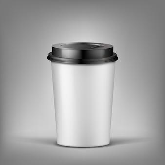 Realistischer tasse kaffee 3d mit schatten, plastikbehälter für heißes getränk.