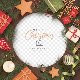 Realistischer weihnachtsfotorahmen mit geschenken
