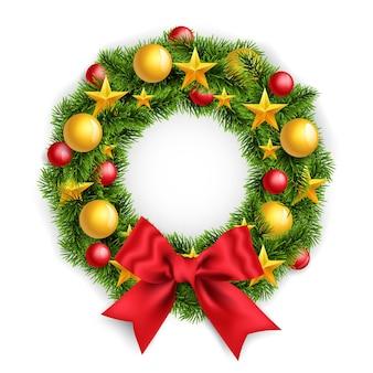 Realistischer weihnachtskranz mit großer roter schleife und neujahrsspielzeug.