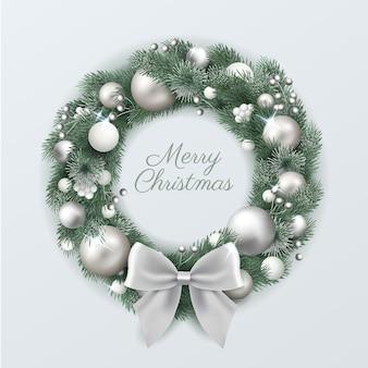 Realistischer weihnachtskranz mit silbernen verzierungen