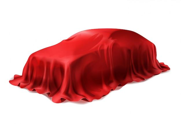 Realistisches auto bedeckt mit der roten seide lokalisiert auf weißem hintergrund.