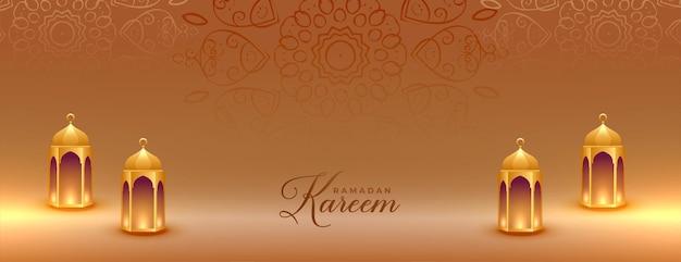 Realistisches goldenes ramadan kareem banner mit islamischen laternen