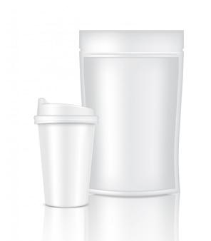 Realistisches kaffee-weiß-cup-verpackungsprodukt und tasche