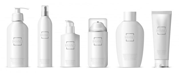 Realistisches kunststoff-hautpflegepaket. kosmetische 3d plastikflasche, spenderpumpe und -spray, shampoo, lotion, seifenpaket-illustrationssatz. realistischer behälter hautpflegeschaum, flasche und verpackung
