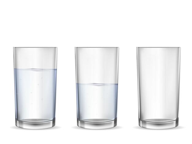 Realistisches leeres glas mit wassercupsatz.