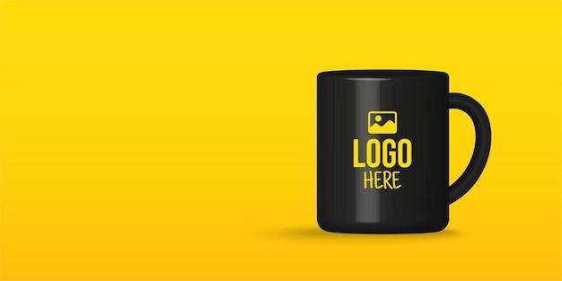 Realistisches modell der schwarzen tee- oder kaffeetasse isoliert auf gelbem hintergrund