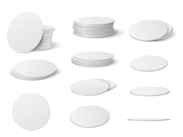 Realistisches modellset für runde und quadratische tischuntersetzer. kreis und quadratischer bierdeckel, bierdeckel leerer vorlagensatz lokalisiert auf weißem hintergrund. Premium Vektoren
