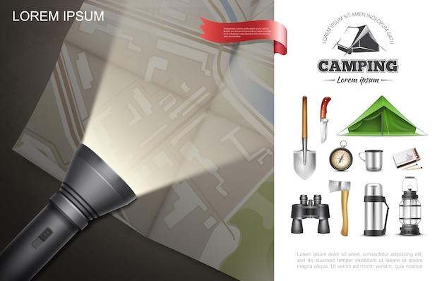 Realistisches outdoor-erholungselement-konzept mit taschenlampe, die auf karte schaufelzelt axtmesser kompass fernglas thermoslaterne spiele liegt