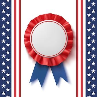 Realistisches patriotisches blaues und rotes etikett mit band auf abstraktem hintergrund der amerikanischen flagge