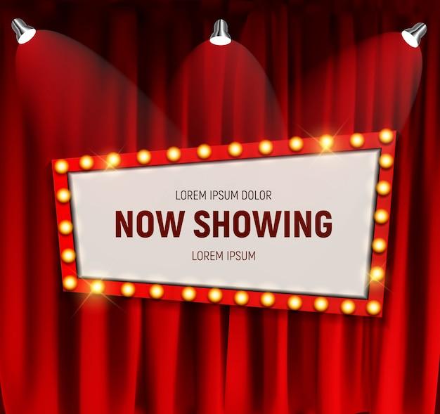 Realistisches retro-kino zeigt jetzt ankündigungstafel mit glühbirnenrahmen auf vorhanghintergrund.