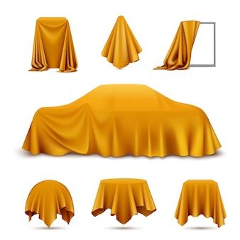 Realistisches set des mit goldenem seidentuch bedeckten objekts mit hängendem servietten-tischdeckenvorhang des drapierten rahmenautos