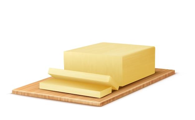 Realistisches stück butter auf hölzernem behälter. scheiben milch milchprodukt, fettige margarine