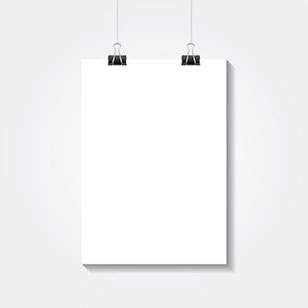 Realistisches weißes plakat des leeren papiers a4, das an einem seil mit klipp hängt