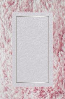 Rechteckiger silberner rahmen auf einem rosa flauschigen hintergrund