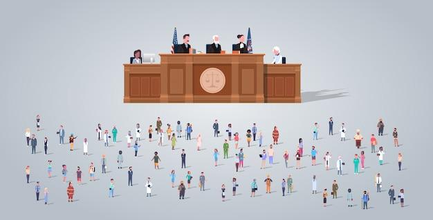 Rechtsprozess mit richter anwalt und staatsanwalt mit personengruppe verschiedene berufe mitarbeiter mischen rassenarbeiter crowd court session konzept horizontal in voller länge flach