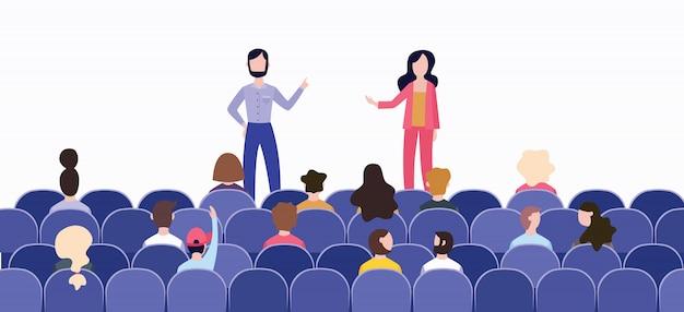 Rede vor einem großen publikum im saal auf der bühne.