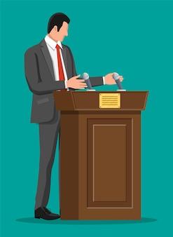 Redner, der von der tribüne spricht. redner. holzpodest mit mikrofonen zur präsentation. stand, podium für konferenzen, vorträge debatten. politisch und stimmzettel. flache vektorillustration