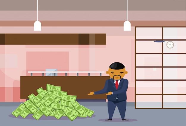 Reicher asiatischer geschäftsmann mit dollar haufen